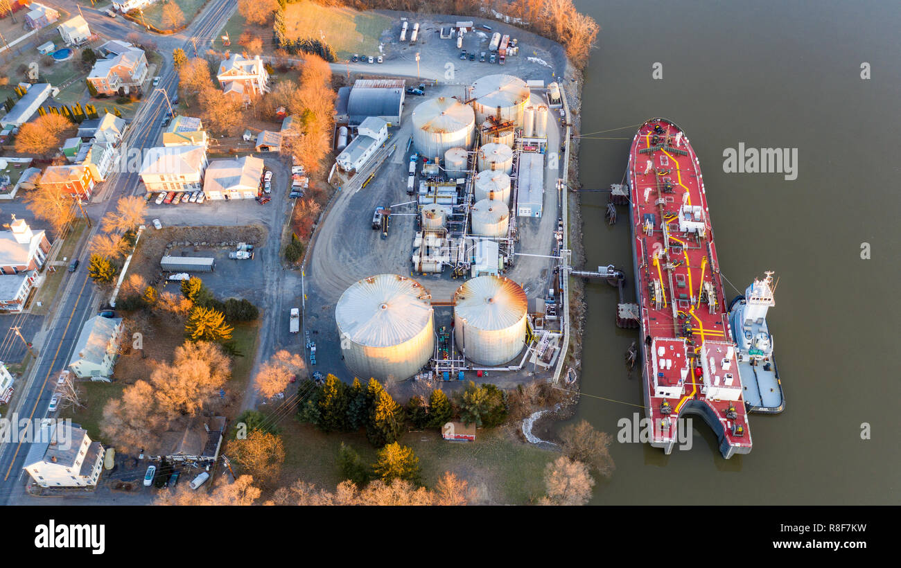 Barge loading at Peckham Industries Inc, Petroleum Refining, Athens, NY, USA - Stock Image