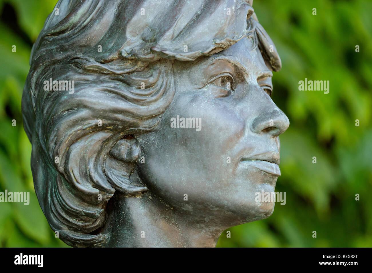 Statue of British tennis legends Virginia Wade - Stock Image