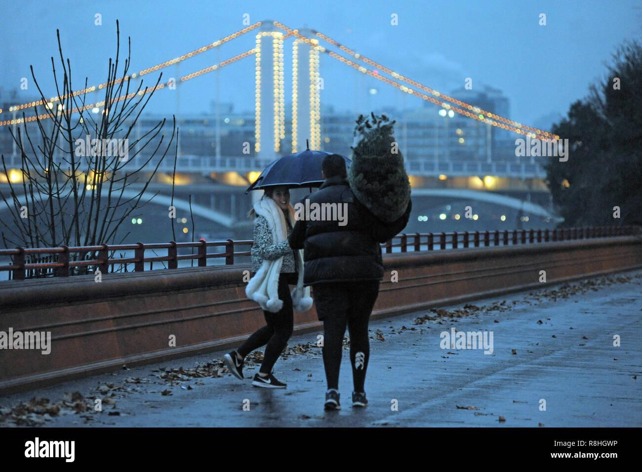 Umbrella Christmas Tree Uk.London Uk 15th December 2018 Albert A Couple With