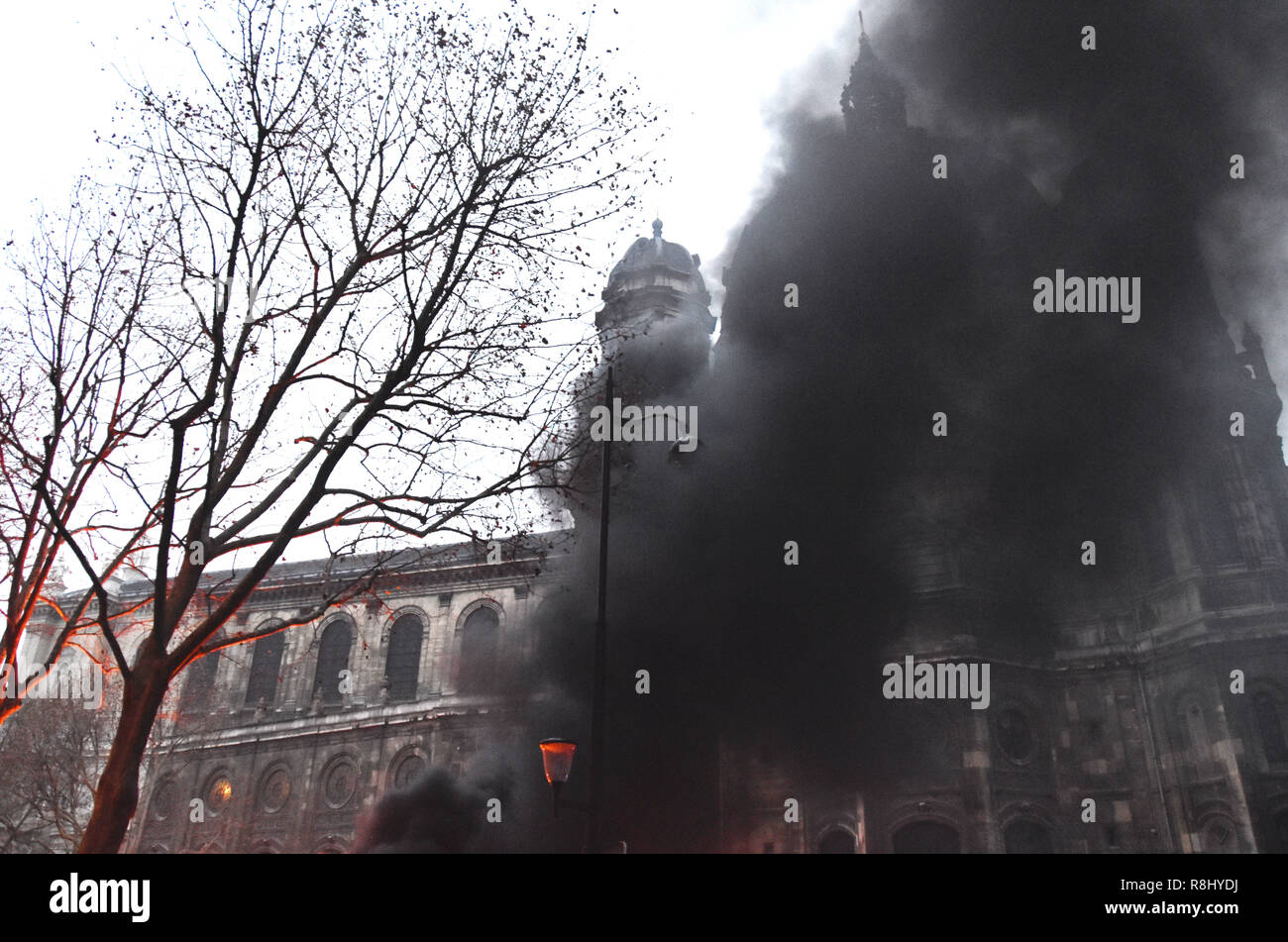 Paris, France. 8th Dec, 2018. Heavy smoke rises as protesters clash with police in Paris, France, on Dec. 8, 2018. Credit: Li Genxing/Xinhua/Alamy Live News Stock Photo