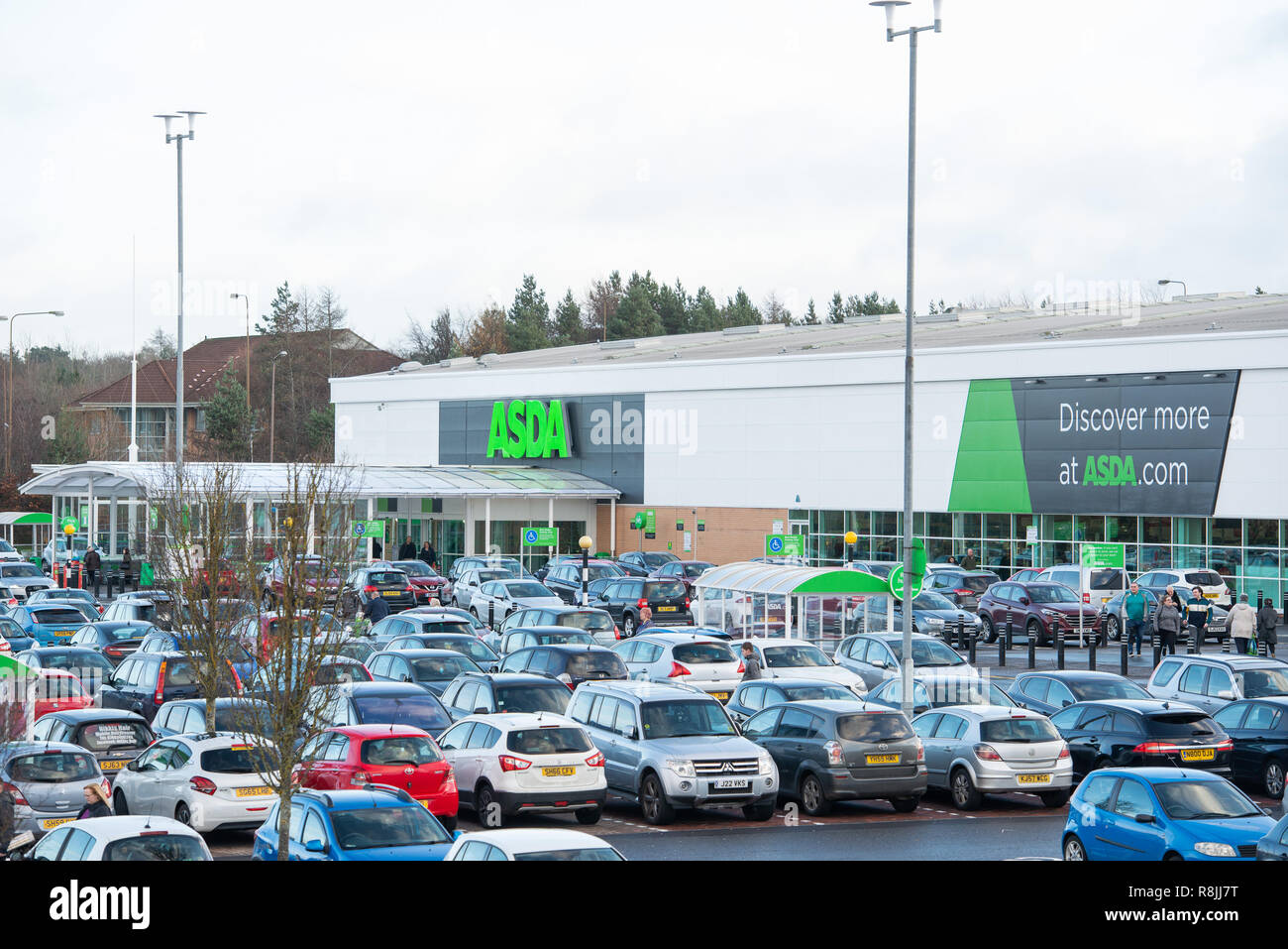 Asda Livingston Store Refresh, tore manager is joined by Councillor Lawrence Fitzpatrick and community groups (this include volunteers from The Rosebe - Stock Image