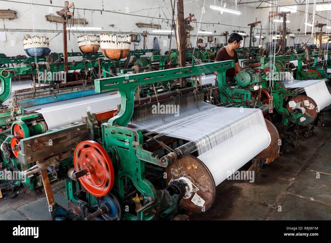 India, Madhya Pradesh, Burhanpur, cotton weaving machines - Stock Image