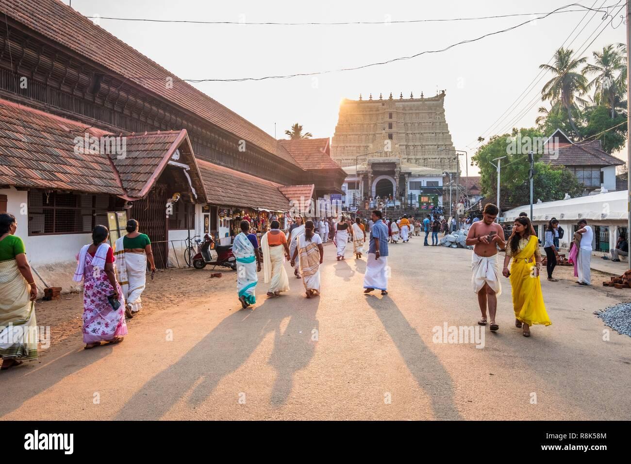 India, state of Kerala, Thiruvananthapuram (or Trivandrum), capital of Kerala, pilgrims going to Padmanabhaswamy Hindu Temple of the 16th century Stock Photo