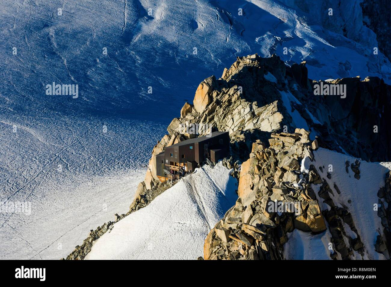 France, Haute-Savoie, Chamonix-Mont-Blanc, refuge du Requin from summit station of the Aiguille du Midi cable car - Stock Image