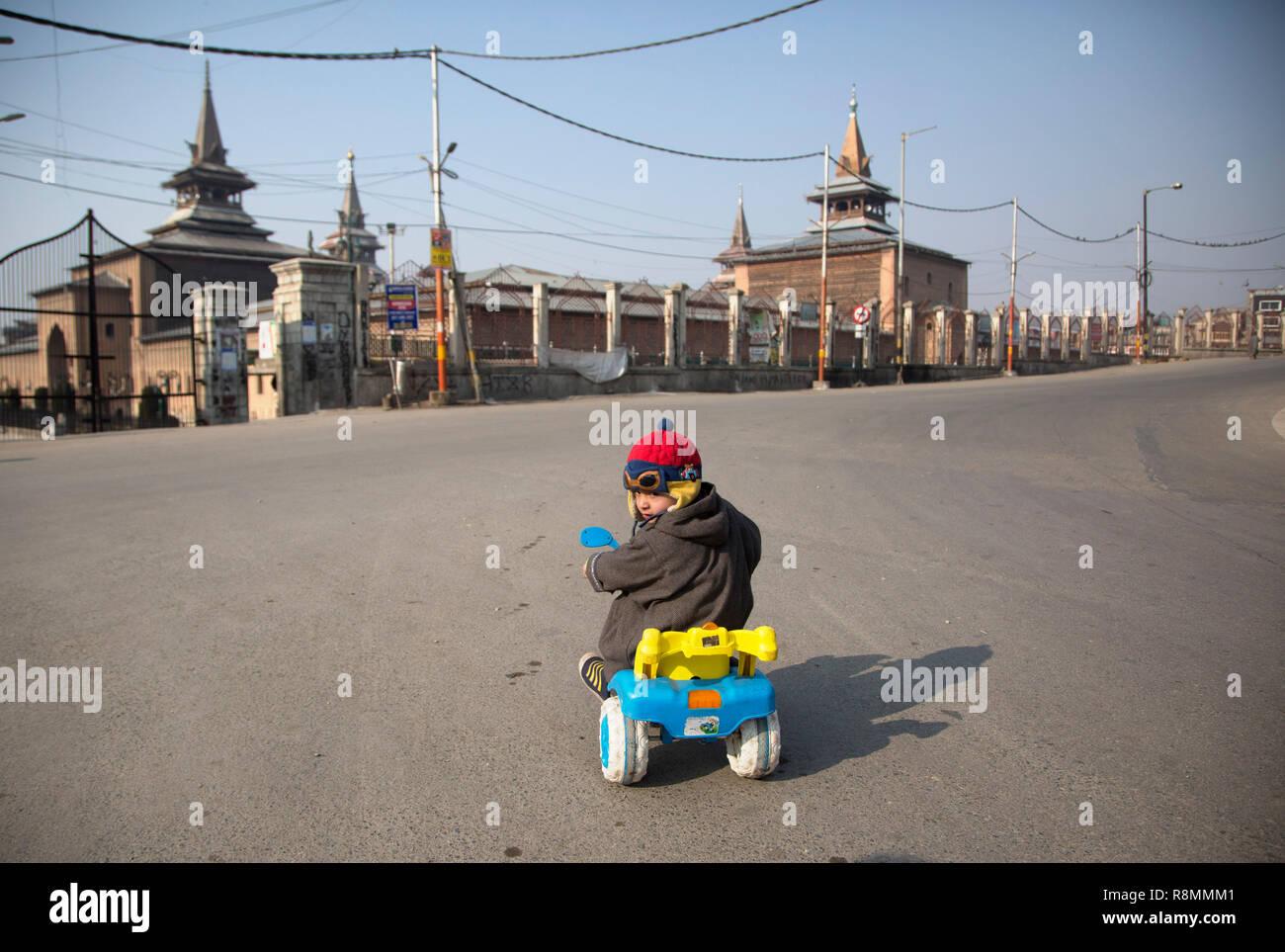181216) -- SRINAGAR, Dec  16, 2018 (Xinhua) -- A Kashmiri