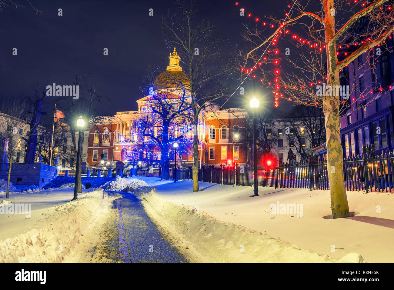 Boston public garden and state house at night - Stock Image
