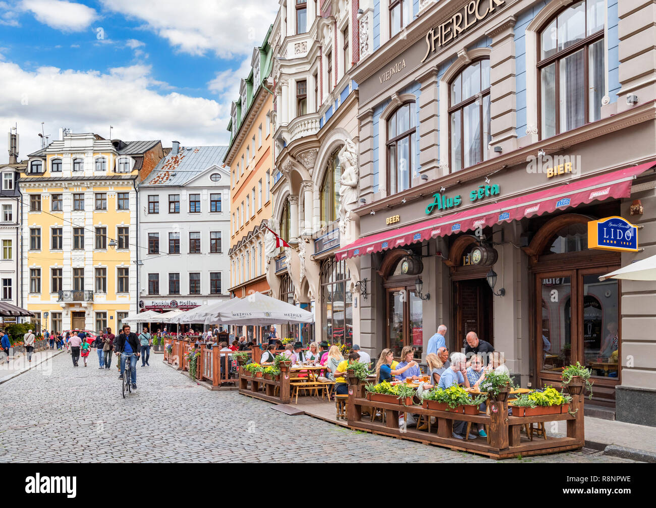 Cafes and bars on Mazā Monētu Iela in the Old Town, Vecriga (Old Riga), Riga, Latvia - Stock Image