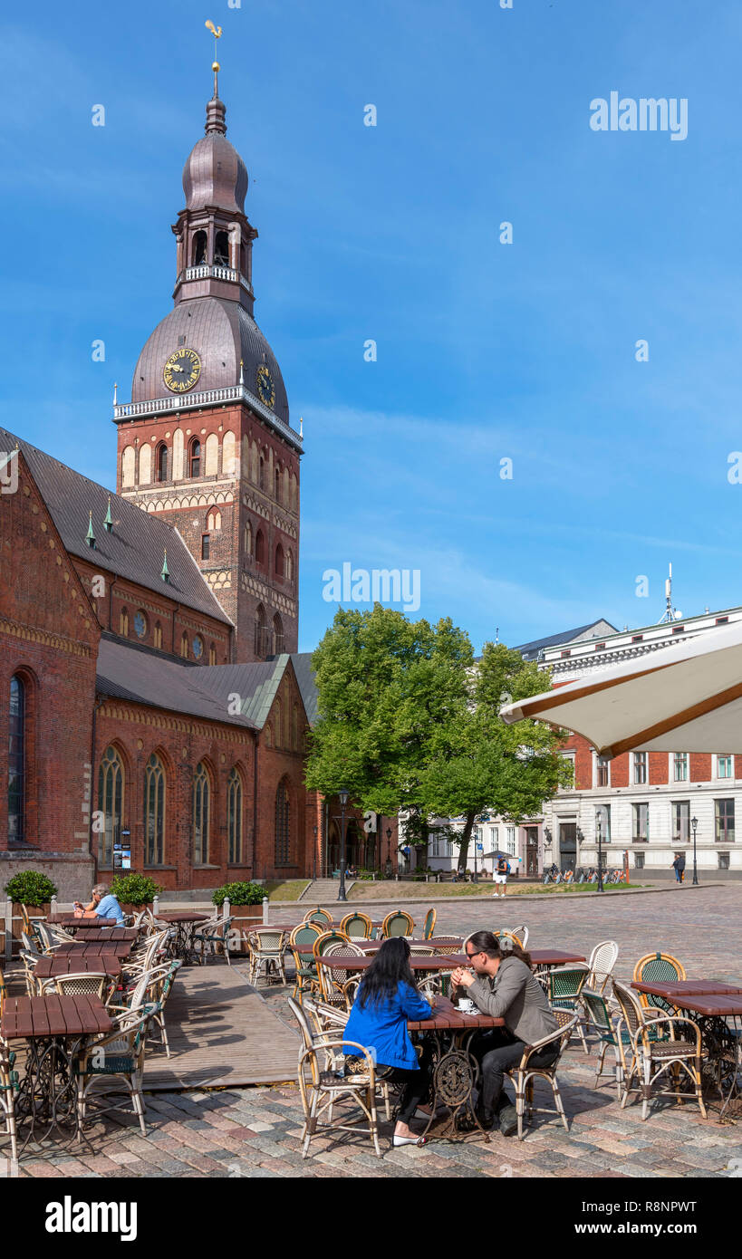 Cafe in Doma Laukums (Cathedral Square) with Riga Cathedral (Rigas Doms) behind, Old Riga (Vecriga), Riga, Latvia - Stock Image