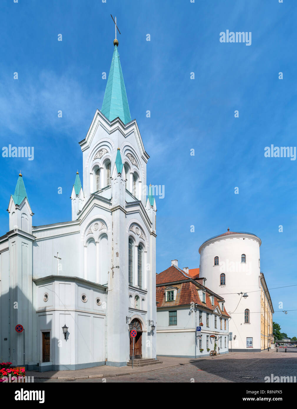 Our Lady of Sorrows church and Riga Castle (Rīgas pils), Pils iela, Riga, Latvia - Stock Image