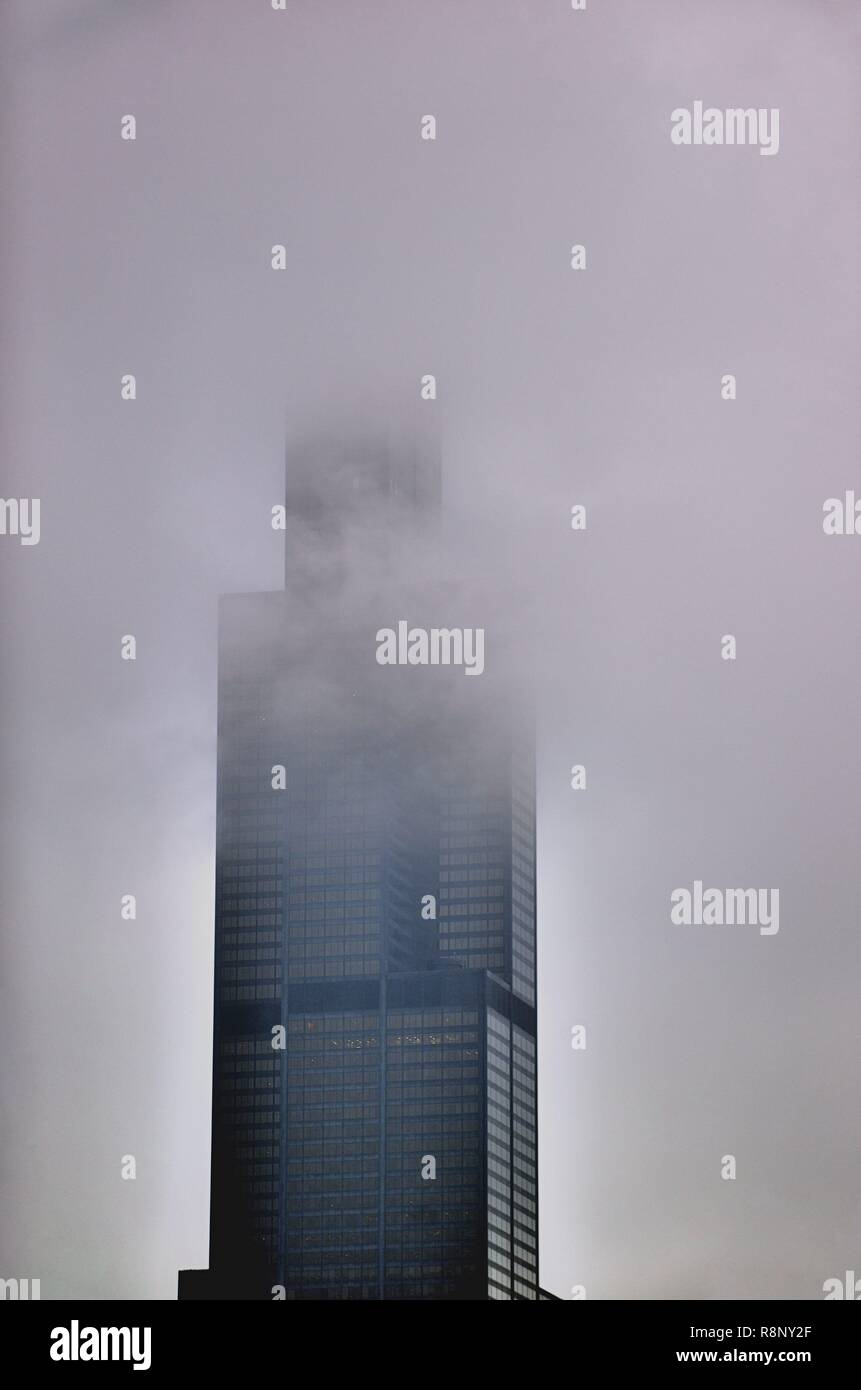 Chicago, Illinois, USA. The Willis Tower (formerly the Sears Tower) obscured by a low ceiling of clouds and fog on s late autumn day. - Stock Image