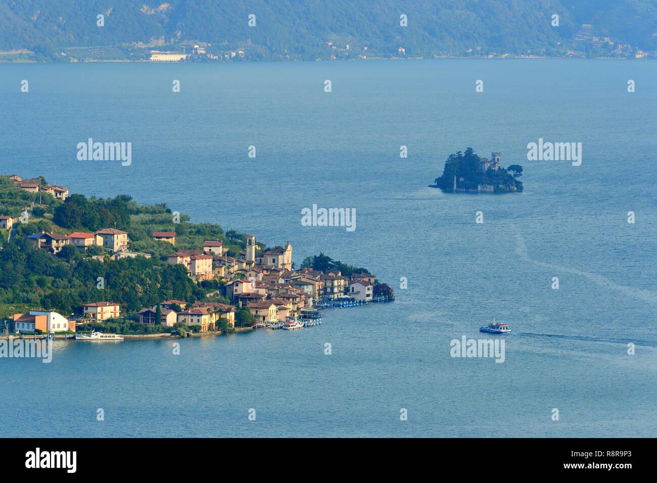 Italy, Lombardy, Iseo lake (Il Lago d'Iseo), Monte Isola island, Carzano village and Loreto Island - Stock Image
