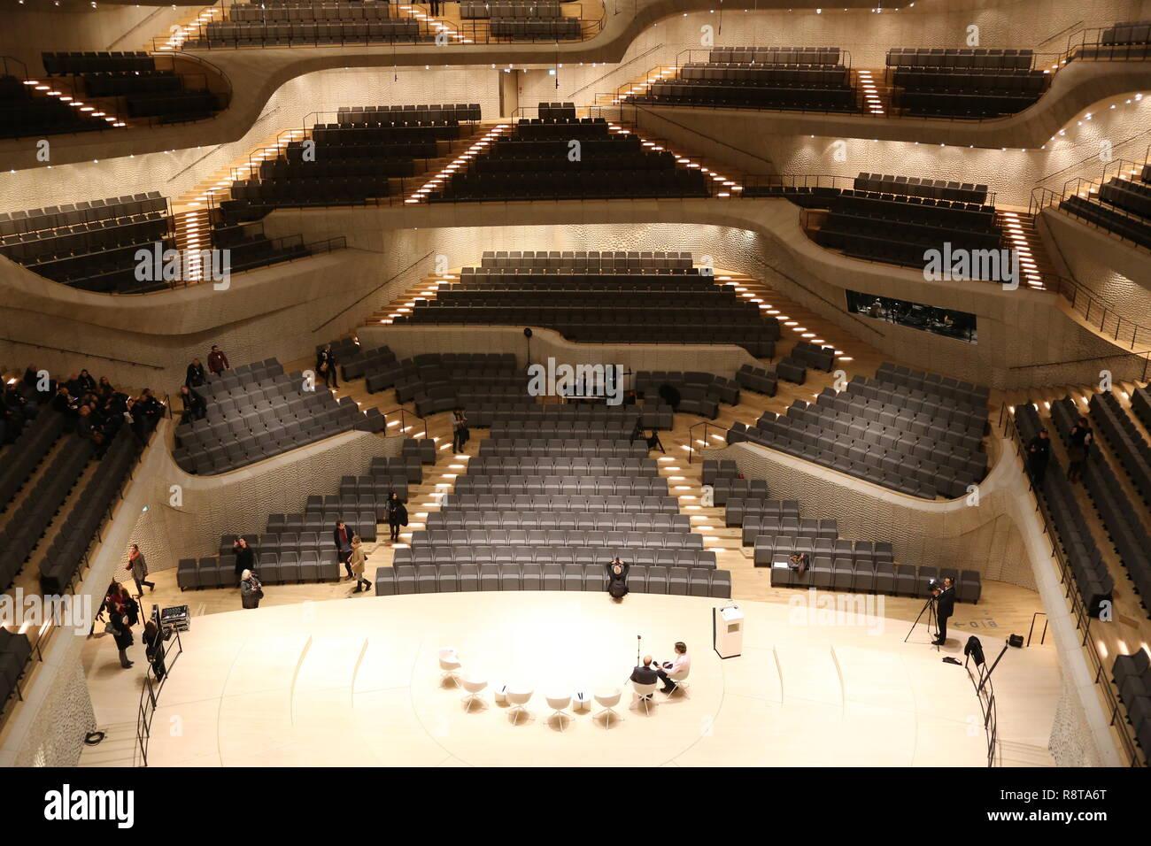 Elbphilharmonie Großer Saal Der schönste Blick auf die Ränge: die Stufen bilden einen fast symetrischen Weihnachtsbaum. - Stock Image