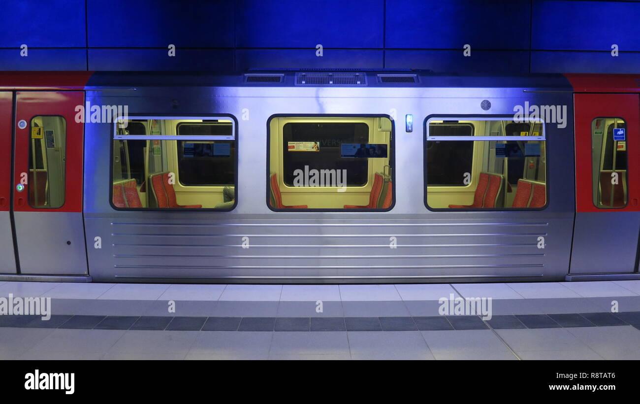 U-Bahn der Linie U4 in der Station Hafenuniversität, ohne Fahrgäste - Stock Image