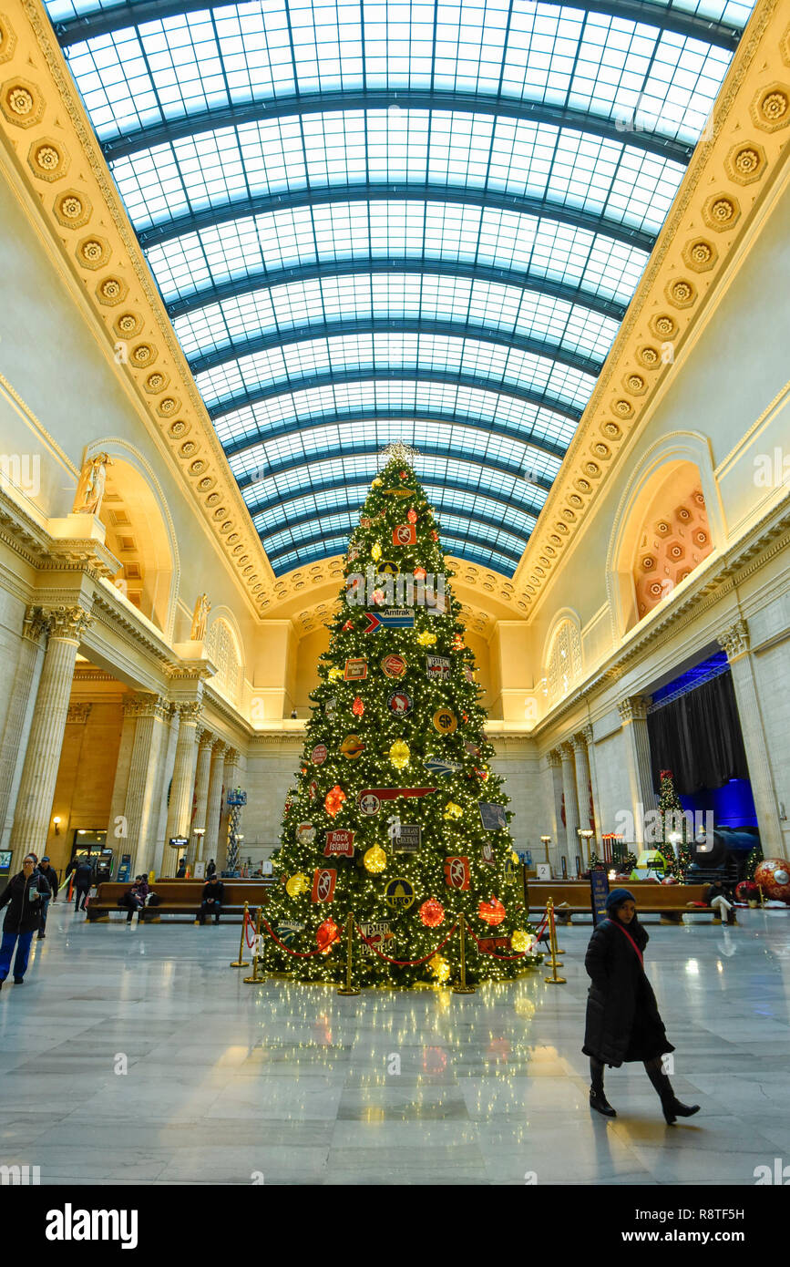 Christmas In Chicago 2018.Chicago Usa 17 December 2018 Passengers Pass A Huge