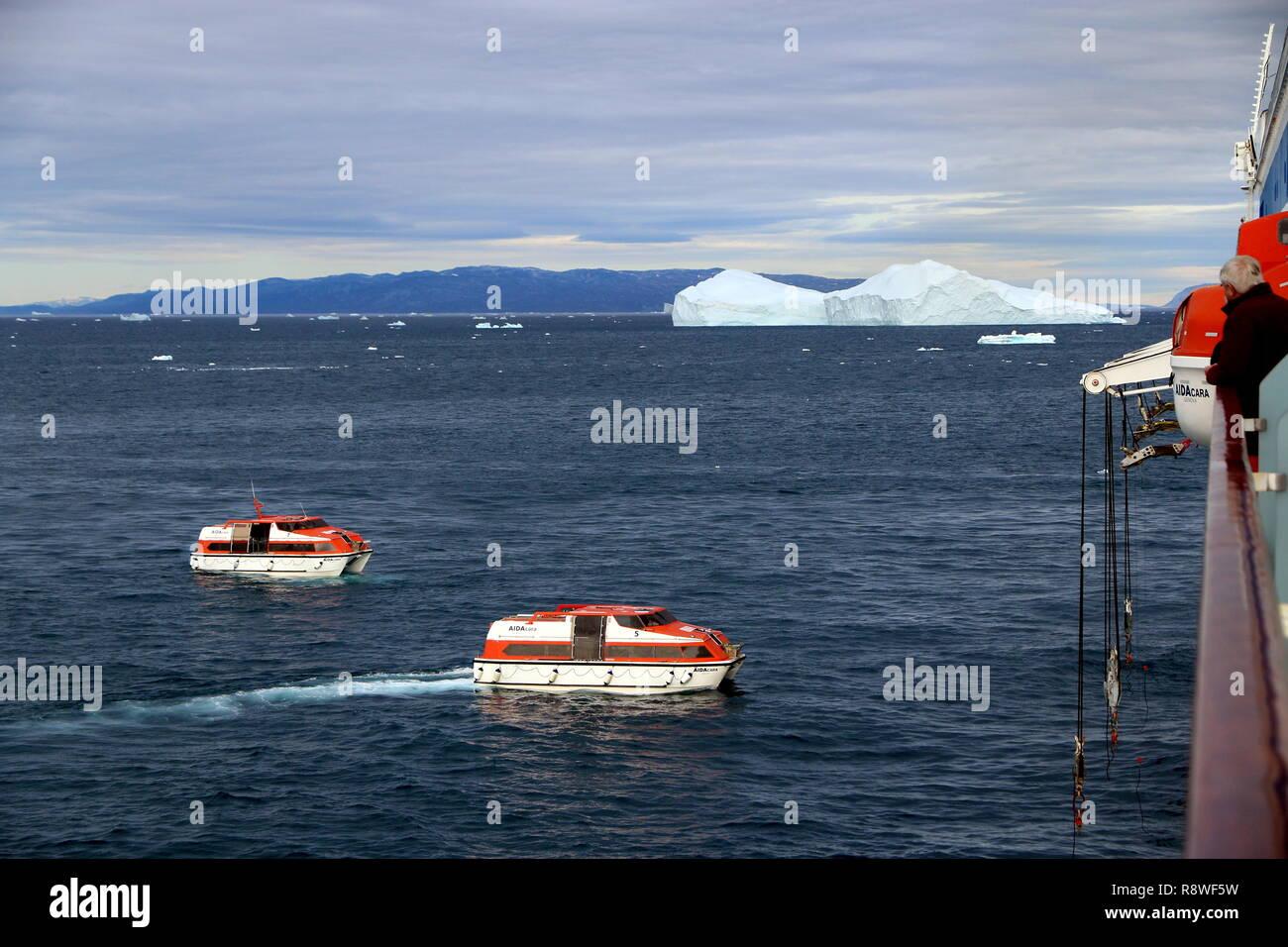 Ilulissat: Tenderboote der AIDAcara schwärmen zu den Ausflügen aus. Stock Photo
