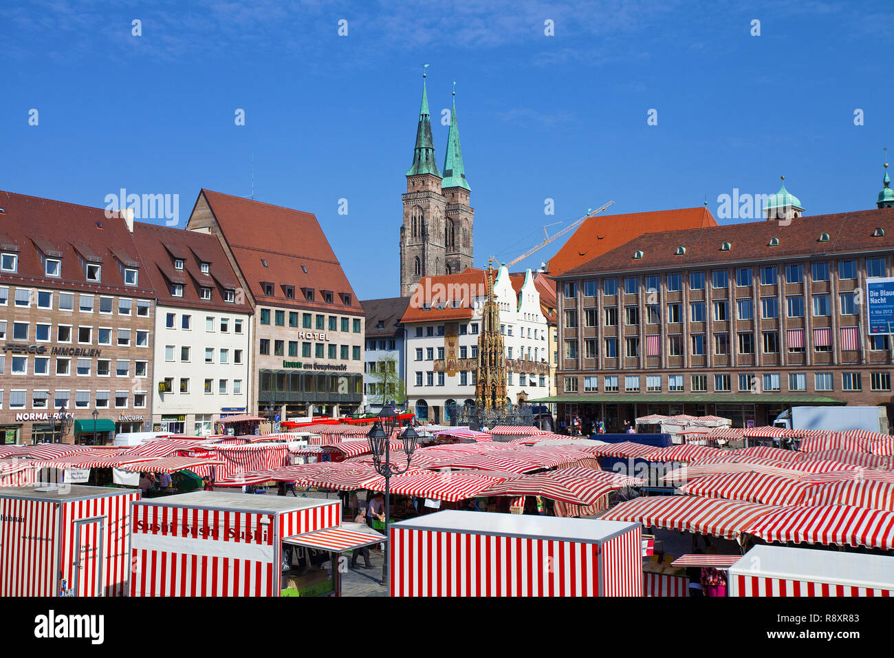 Main market, in the background the beauty well and Sebaldus church, old town, Nuremberg, Franconia, Bavaria, Germany, Europe - Stock Image