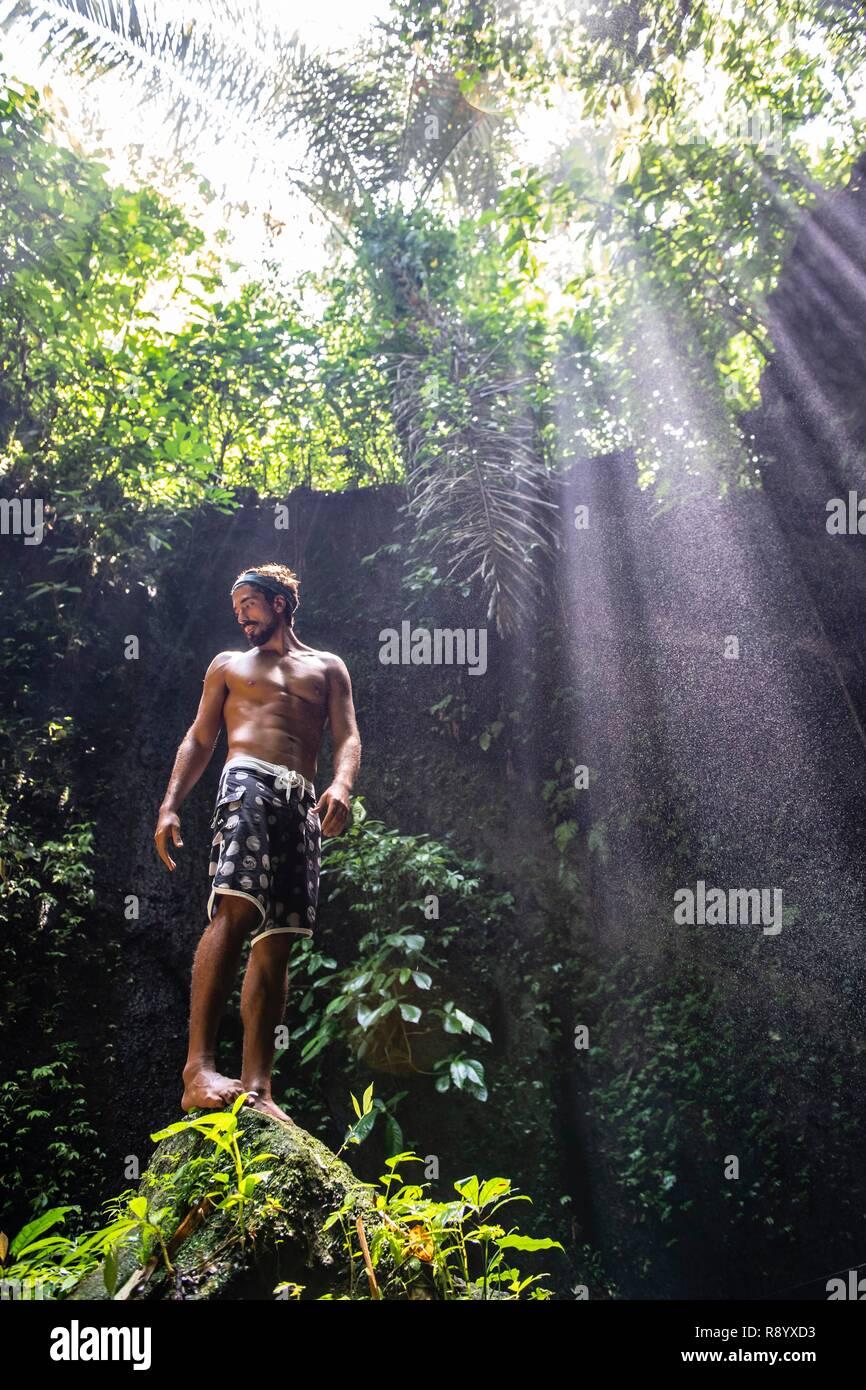 Indonesia, Bali, Ubud area, man in front of Tukad Cepung waterfalls - Stock Image
