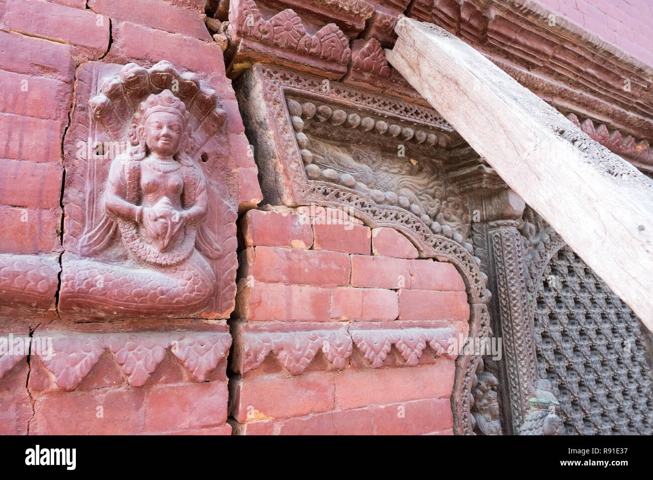 Structural damage to stonework of temples in Durbar Square, Kathmandu, Nepal, caused by the 2015 earthquake - Stock Image