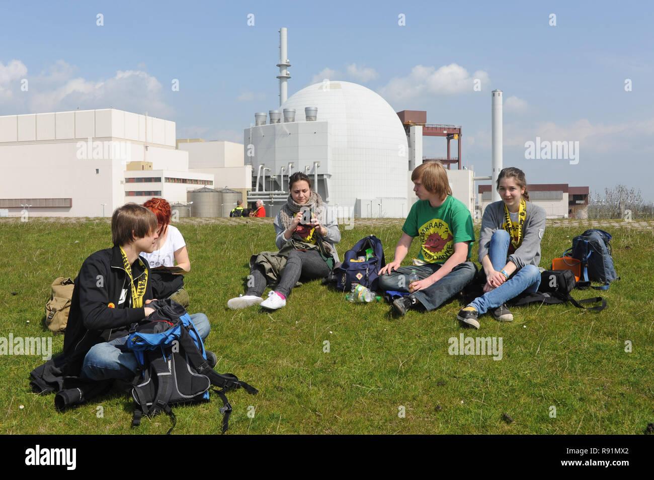 24.04.2010, Brokdorf, Schleswig-Holstein, Germany - Die Aktion -KettenREaktion- bildet eine Menschenkette vom KKW Brunsbuettel bis Kruemmel. Hier Akti - Stock Image