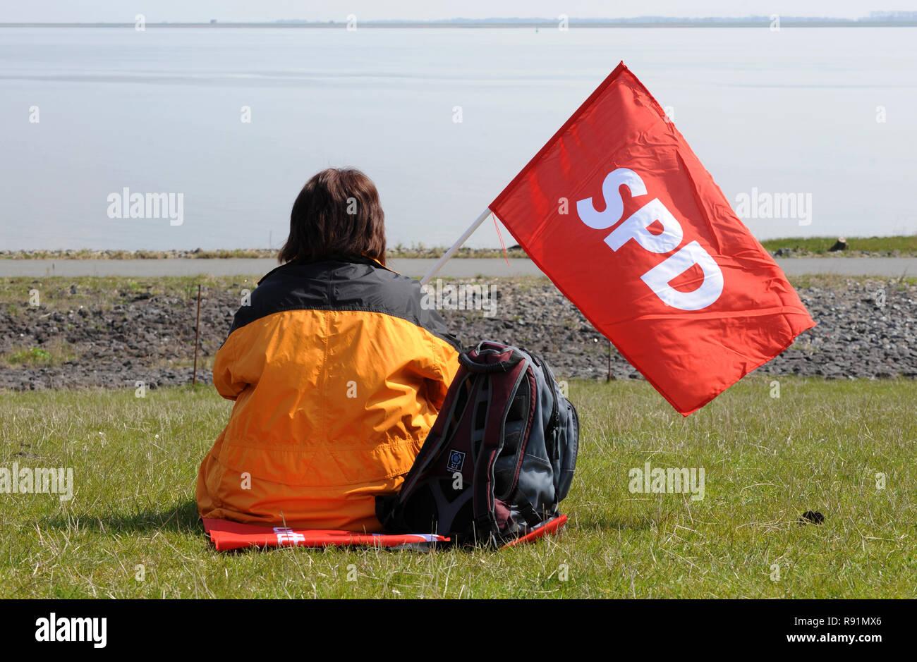 24.04.2010, Brokdorf, Schleswig-Holstein, Germany - Die Aktion -KettenREaktion- bildet eine Menschenkette vom KKW Brunsbuettel bis Kruemmel. Eine Frau - Stock Image