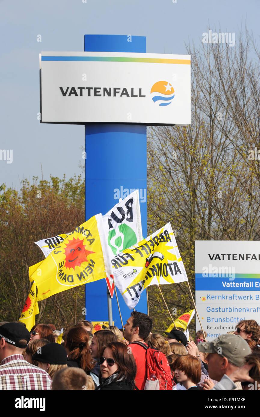 24.04.2010, Brunsbuettel, Schleswig-Holstein, Germany - Die Aktion -KettenREaktion- bildet eine Menschenkette vom KKW Brunsbuettel bis Kruemmel. Hier  - Stock Image