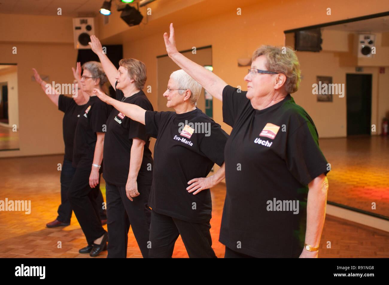 28.02.2011, Itzehoe, Schleswig-Holstein, Germany -  Agilando - Tanzen und Fitness mit Seniorinnen bei der Tanzschule Giesen in Itzehoe. 0RX110228D419C - Stock Image