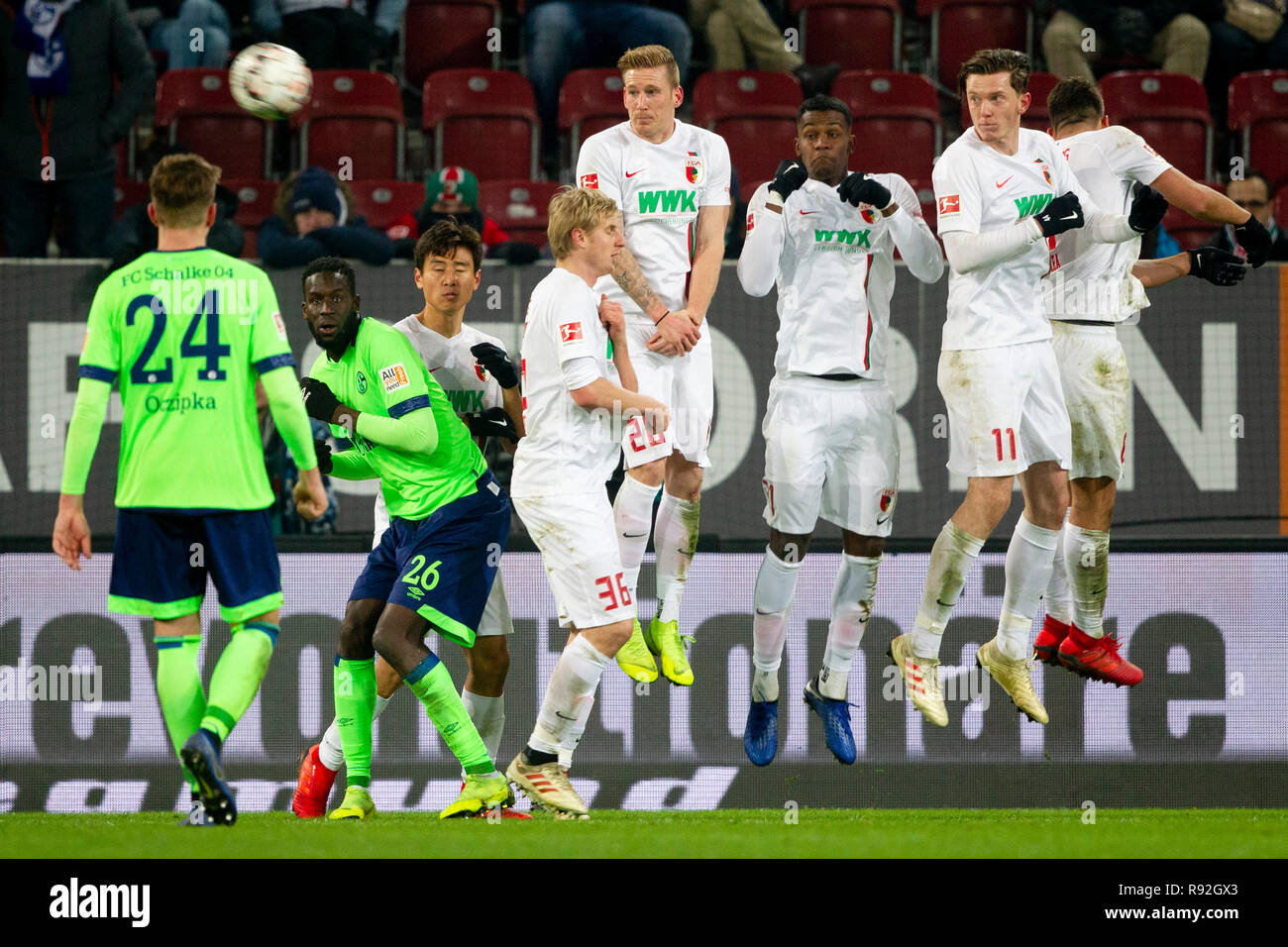Augsburg defensive wall with Ja-Cheol KOO (# 19, A), Martin HINTEREGGER (# 36, A), Andre HAHN (# 28, A), Sergio CORDOVA (# 21, A), Michael GREGORITSCH (# 11, A) and Rani KHEDIRA (# 8, A) (from left to right, all in white). Soccer, FC Augsburg (A) - FC Schalke 04 (GE) 1: 1, Bundesliga, 15.matchday, season 2018/2019, on 15/12/2018 in Augsburg/WWKARENA/Germany. Editorial note: DFL regulations prohibit any use of photographs as image sequences and/or quasi-video. ¬   usage worldwide - Stock Image
