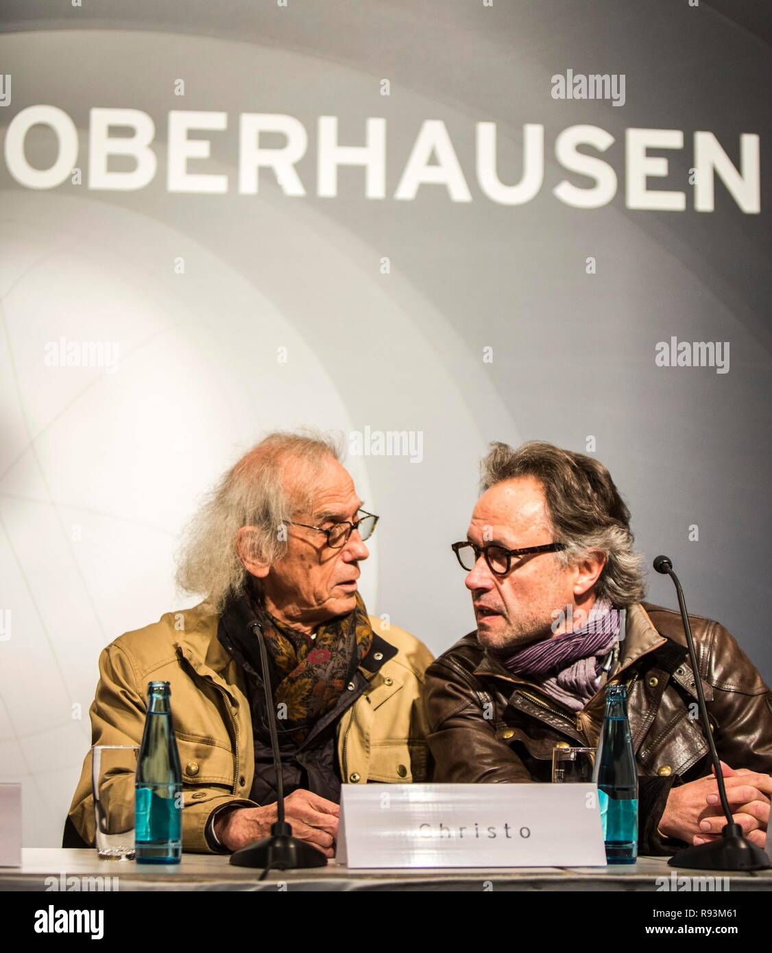The artist Christo, left, with project manager Wolfgang Volz, press conference at the opening of the exhibition of the - Stock Image