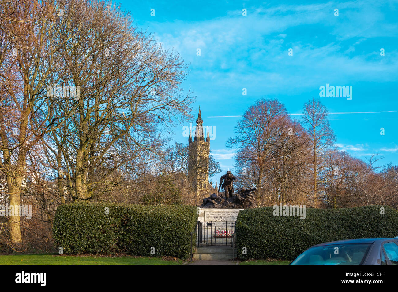 Looking over a war memorial to the University go Glasgow with its piers in the distance - Stock Image