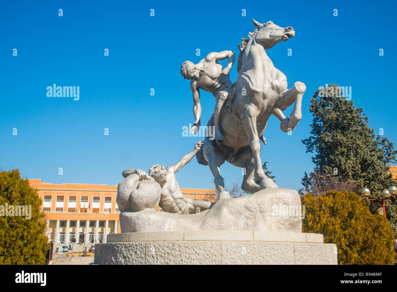 Los portadores de la antorcha, sculpture by Anne Hyatt Huntington. Ciudad Universitaria, Madrid, Spain. - Stock Image