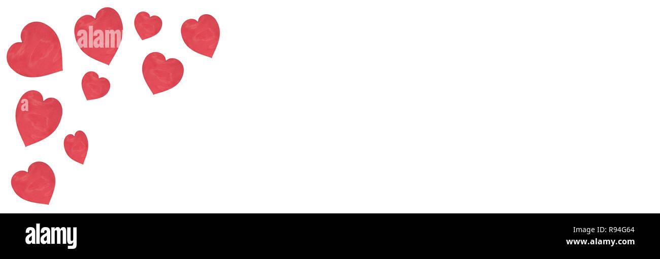 białe tło z czerwonymi sercami z drewna i miejscem na tekst - Stock Image