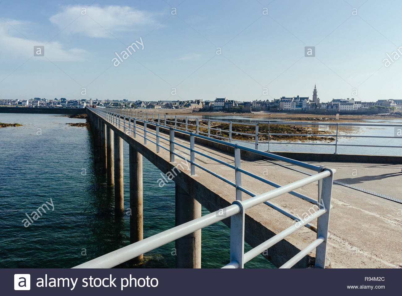 Pedestrian bridge between Île-de-Batz and Roscoff 'a small town of character' where the first center for thalassotherapy in Europe opened. - Stock Image