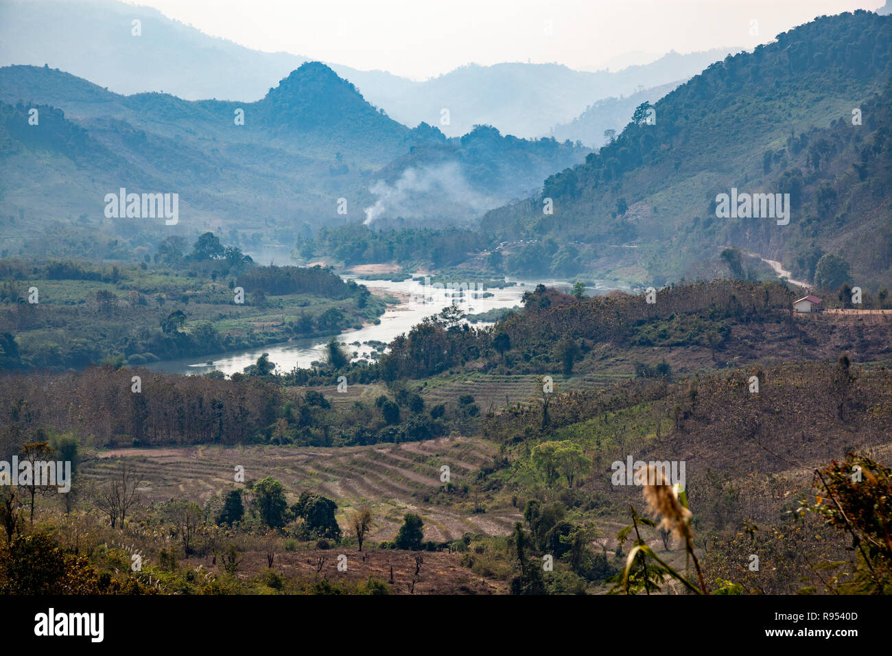 By a misty morning, the Ou river - a tributary of the Mekong - between Luang Prabang and Nong Khiaw (Laos - Asia) . Stock Photo