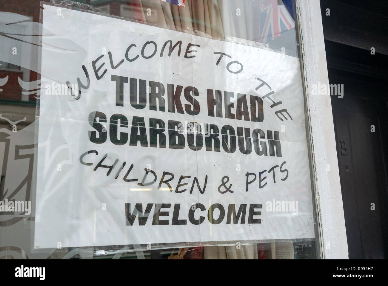 Pub window with sign advertising pets & children welcome - Stock Image