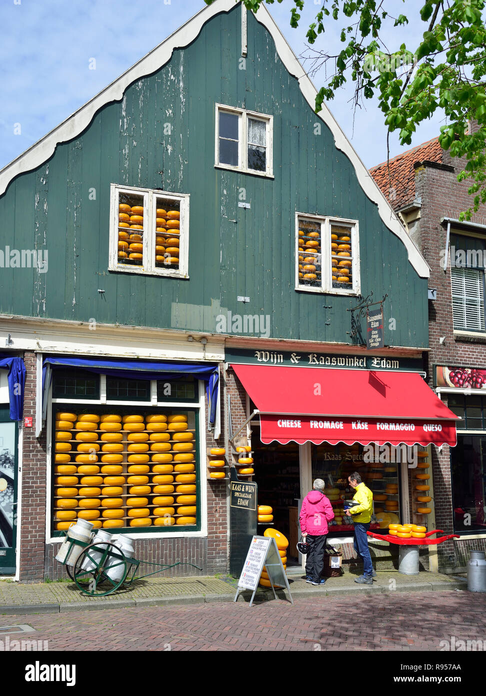 Cheese shop in the centre of the famous historic town of Edam, North Holland, The Netherlands - Stock Image