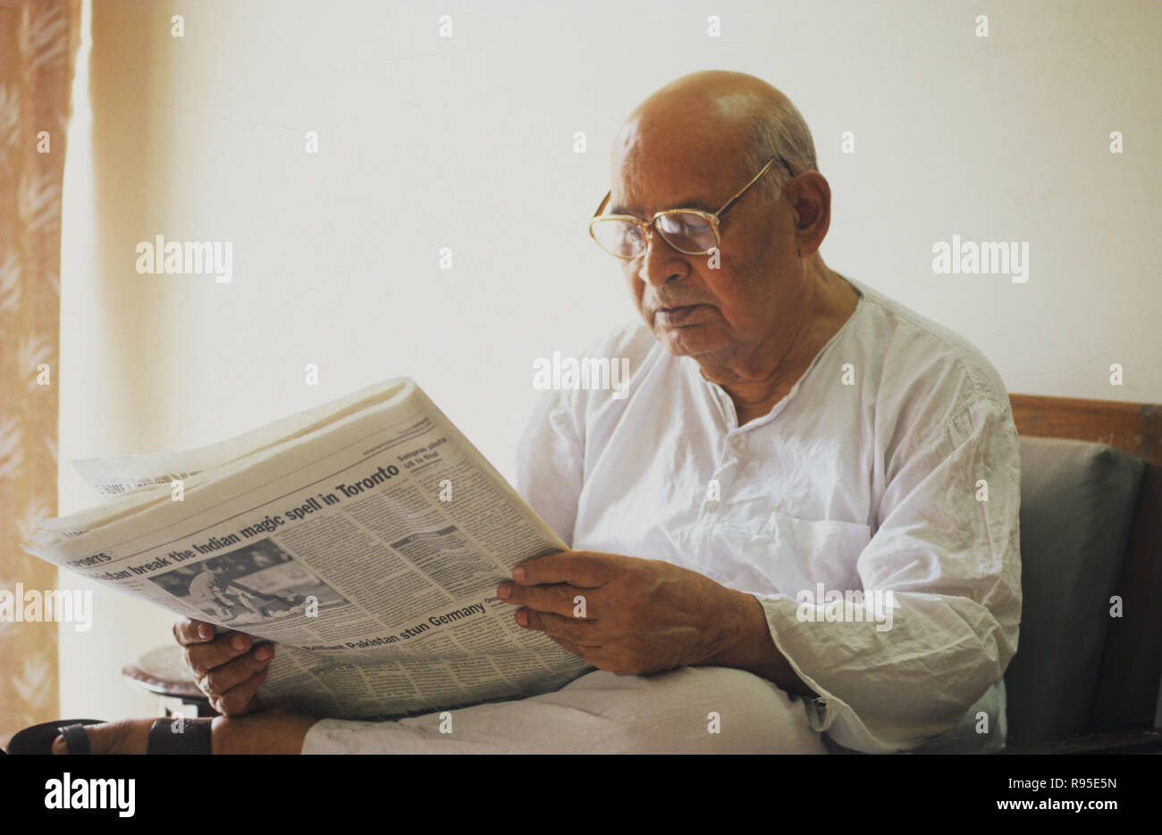 man reading news paper, NO MR - Stock Image