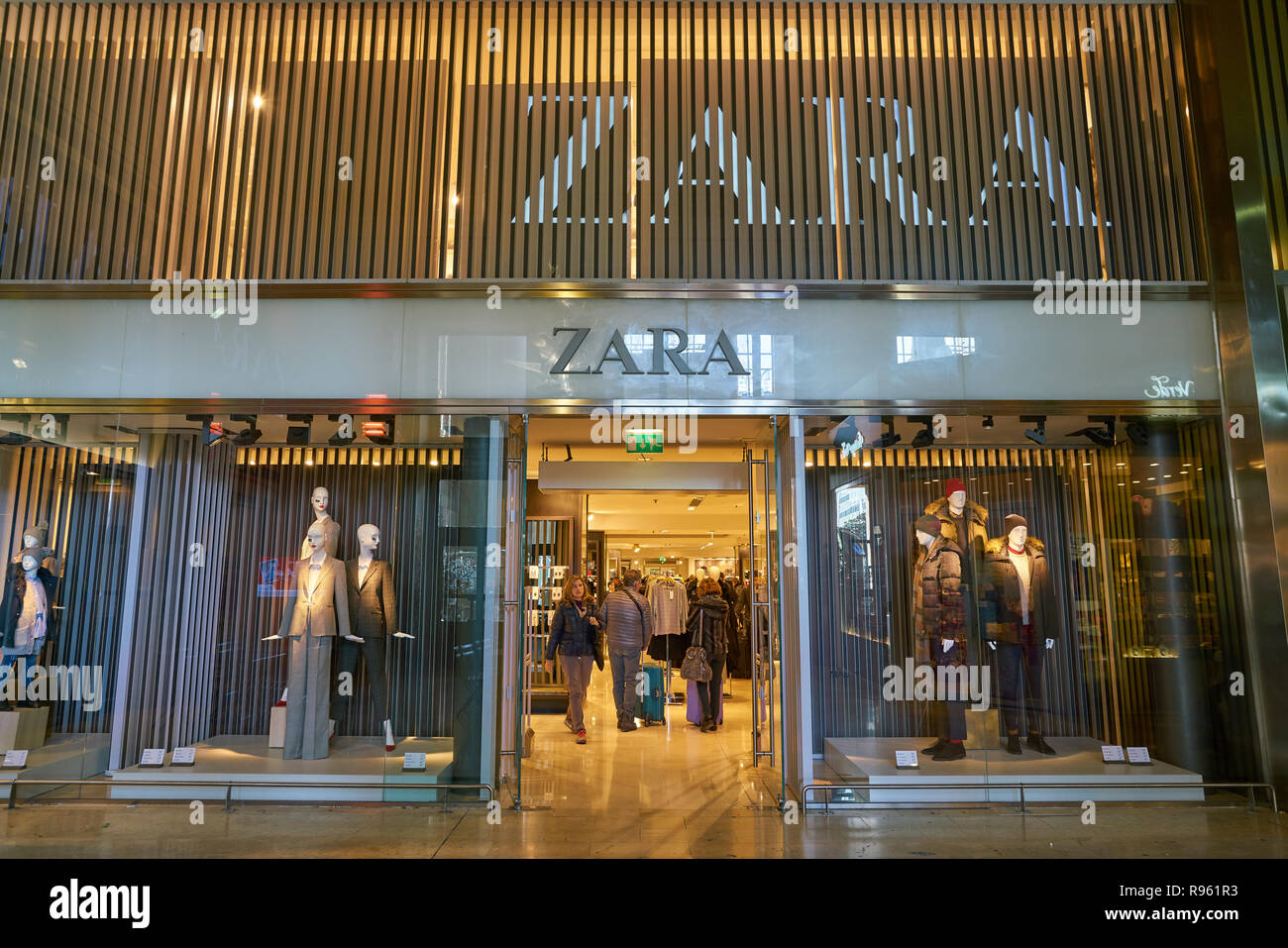 22c72915 MILAN, ITALY - CIRCA NOVEMBER, 2017: entrance to Zara shop in Milan.
