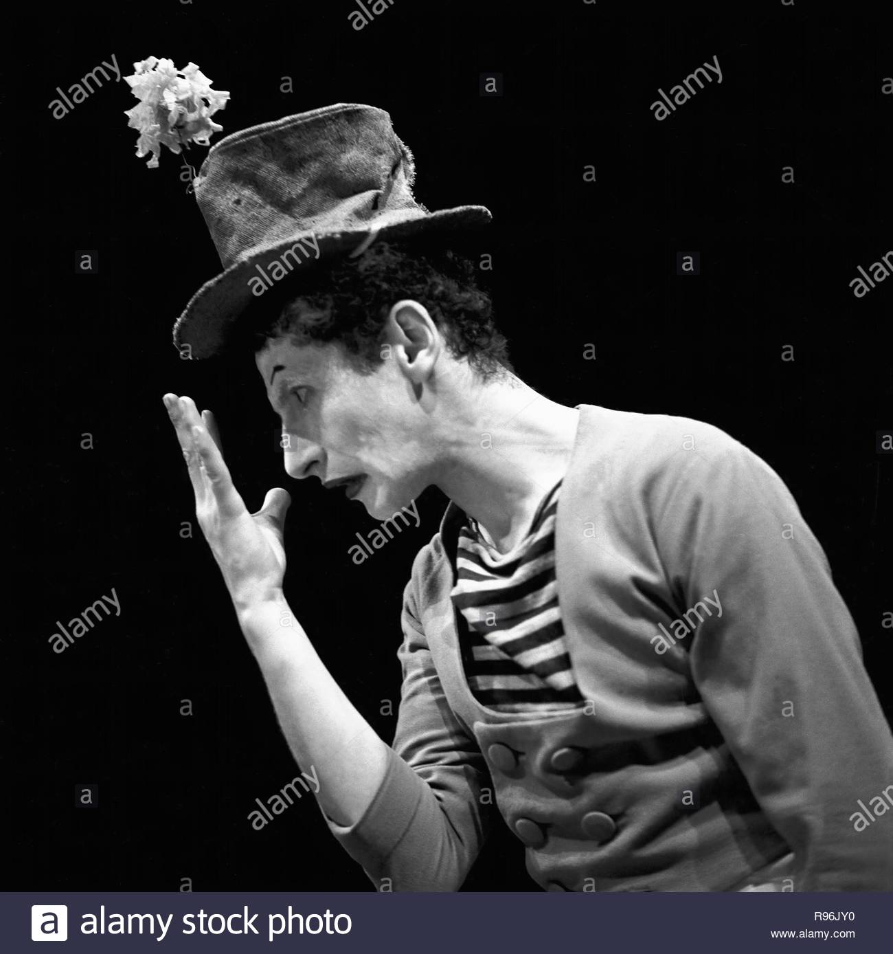 """Marcel Marceau, the French mime who created the figure of """" Bip"""", a tragic white clown. Paris,1951. Author: LESSING, ERICH. - Stock Image"""