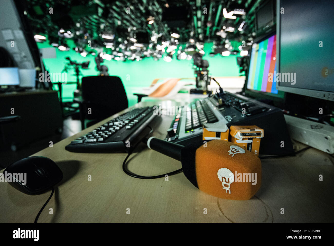 """Mainz, Germany. 31st Aug, 2018. A ZDF microphone is on the table before the live broadcast in the """"Green Hell"""". The Second German Television (ZDF) is one of the largest public broadcasters in Europe with its headquarters in Mainz, the capital of Rhineland-Palatinate. Credit: Andreas Arnold/dpa/Alamy Live News Stock Photo"""