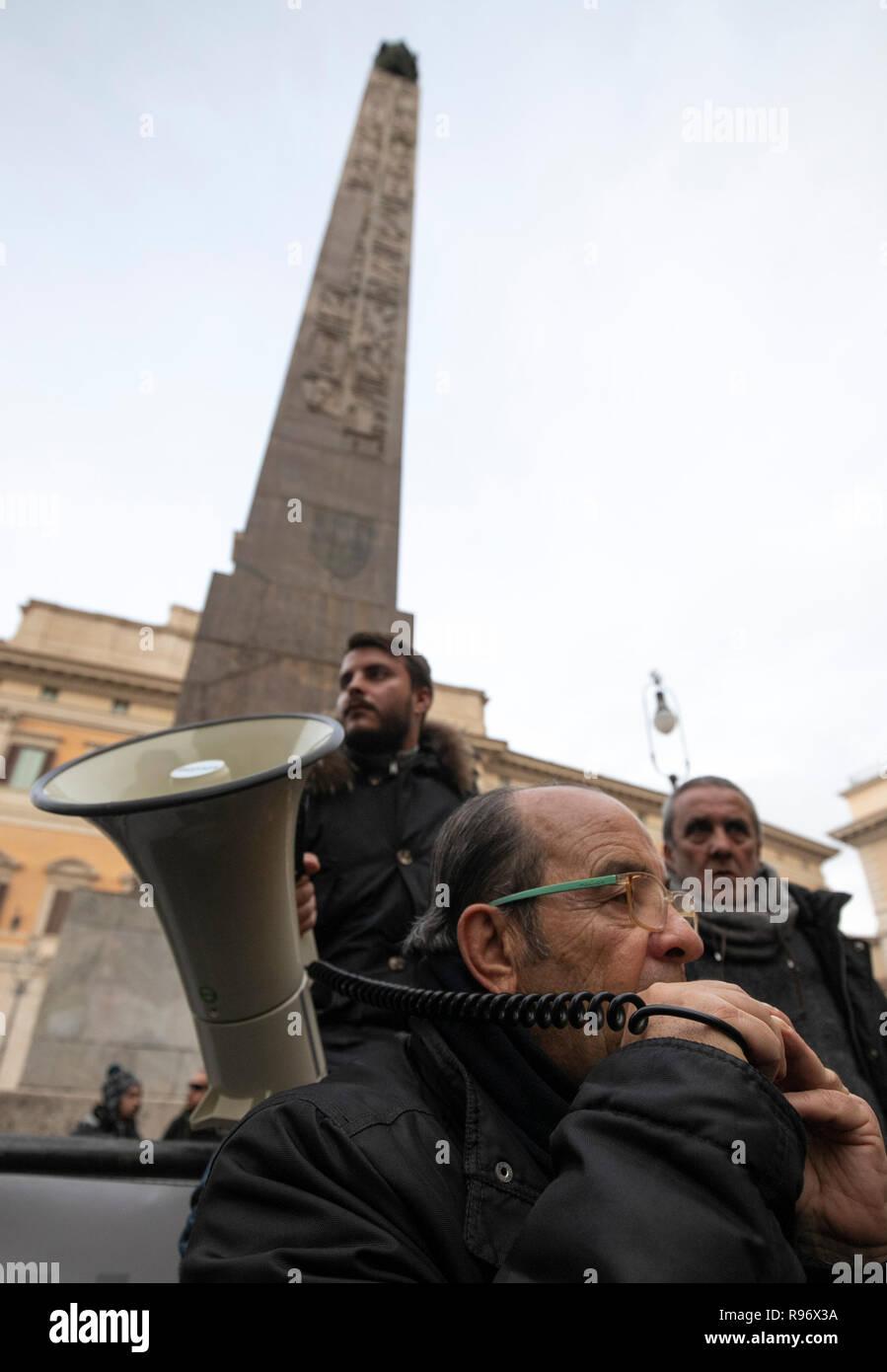 Foto Carlo Lannutti/LaPresse 20- 12 - 2018 Roma, Italia Cronaca.  Autisti NCC protesta a Montecitorio contro la nuova normativa  Nella foto: La Protesta davanti Montecitorio - Stock Image