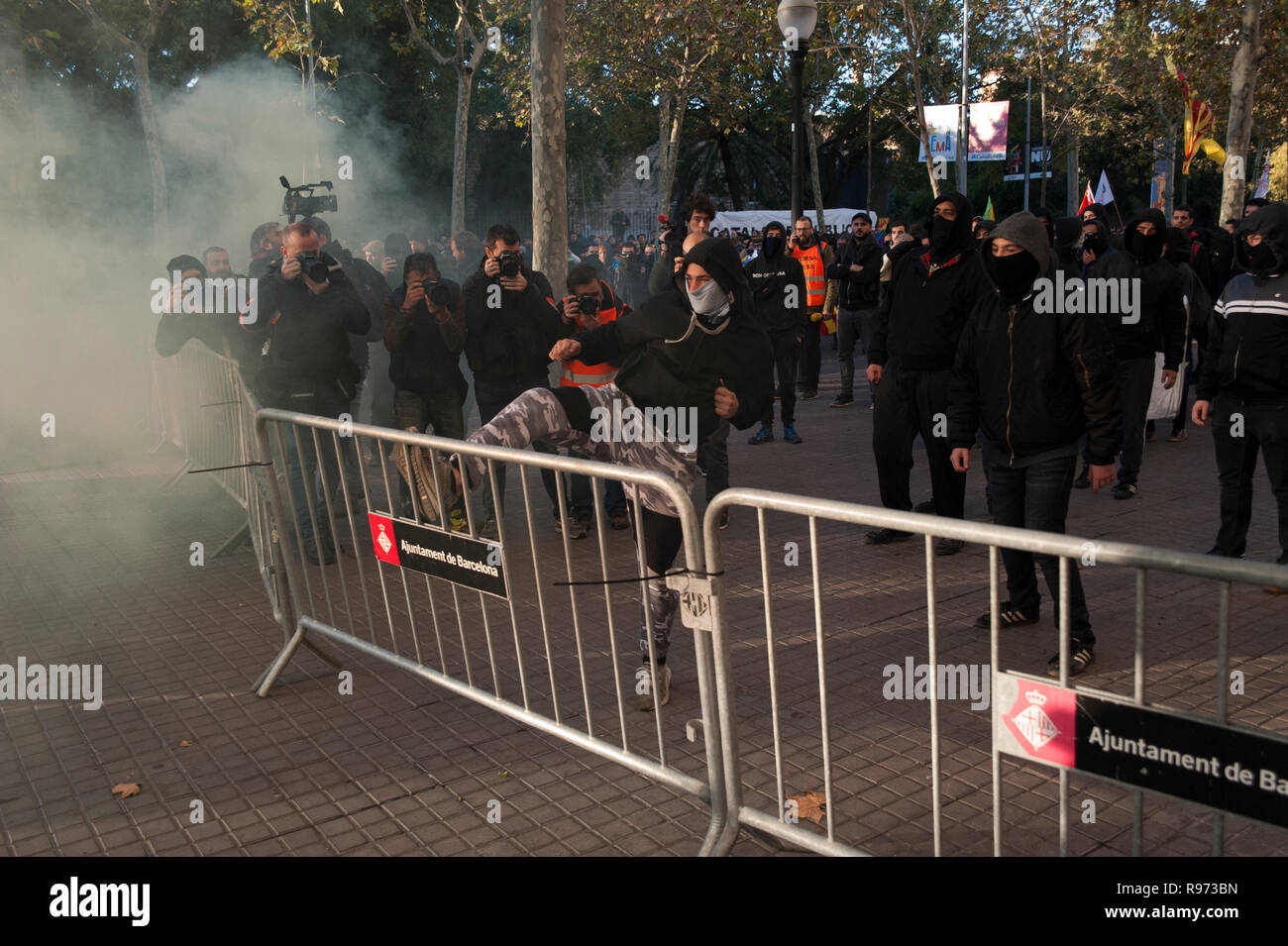 """Barcelona 21th December, 2018. Catalan activists in favor of the independence protest in front of the building of the """"Llotja de Mar"""" in Barcelona, where the council of ministers has met in an extraordinary way. The meeting of the Council of Ministers will take place in Catalonia just one year after the regional elections convened by the previous government under Article 155 of the Constitution. Charlie Perez/Alamy Live News Stock Photo"""