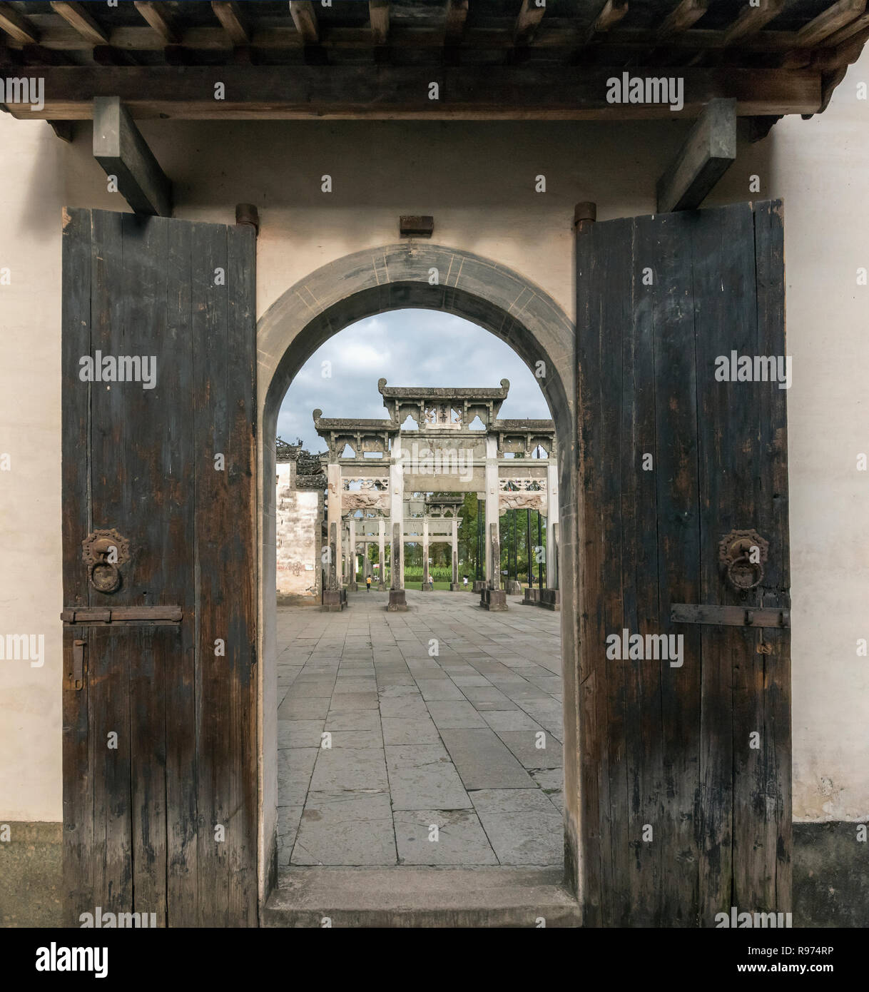 Looking from Qing Yi Tang towards Bao CanXiao Archway for Filial Piety, Tangyue, China - Stock Image