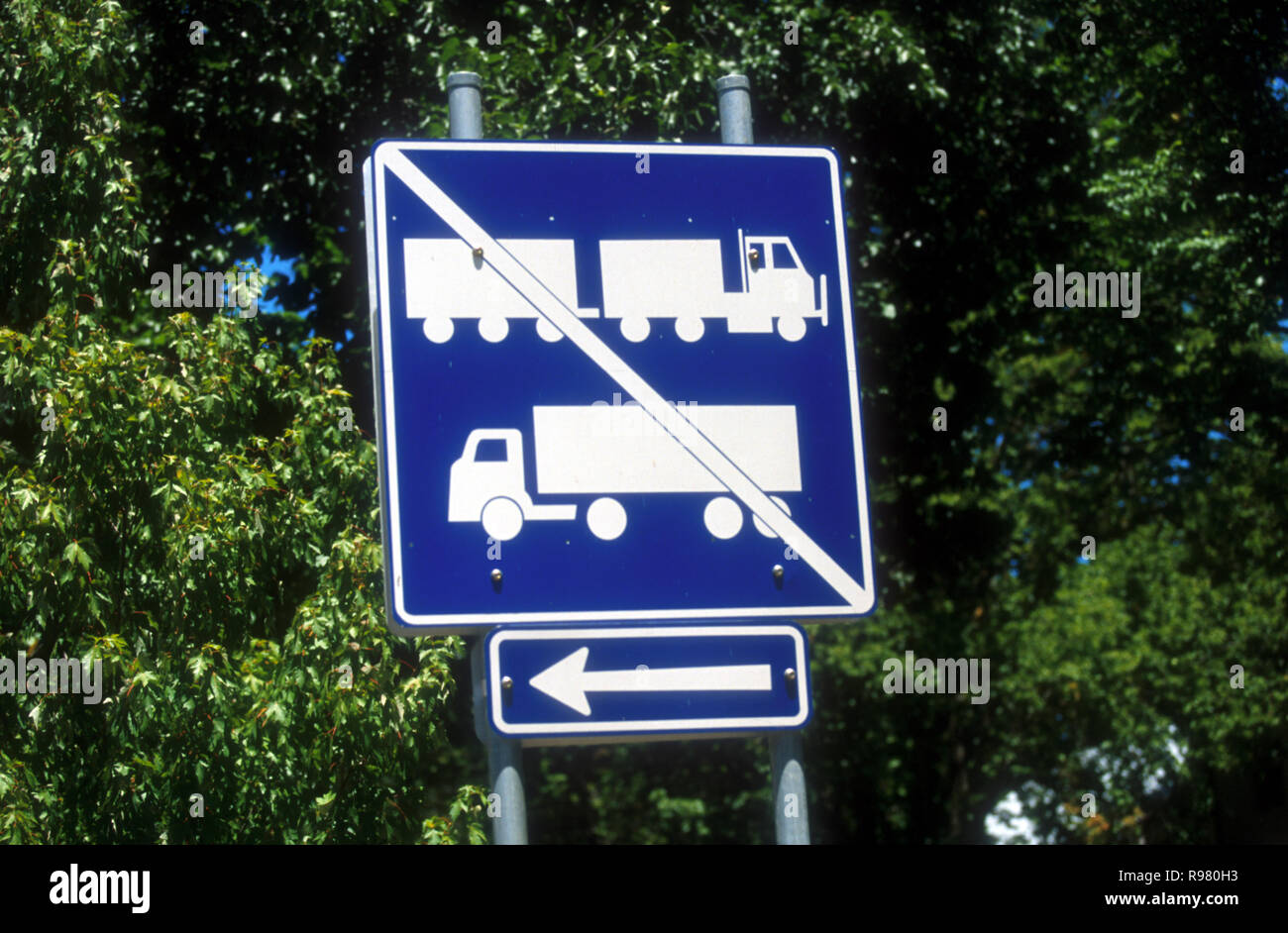 SYDNEY ROAD SIGN - TRUCKS NOT PERMITTED ON THIS STRETCH OF ROAD, NSW, AUSTRALIA - Stock Image