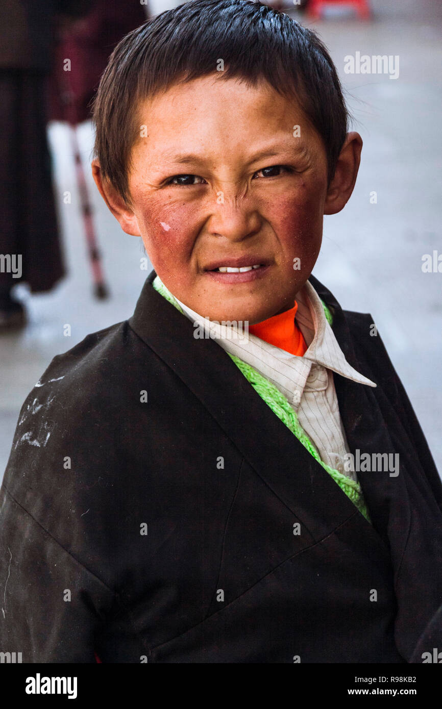 Lhasa, Tibet Autonomous Region, China : Portrait of Tibetan child in the Barkhor old town. - Stock Image