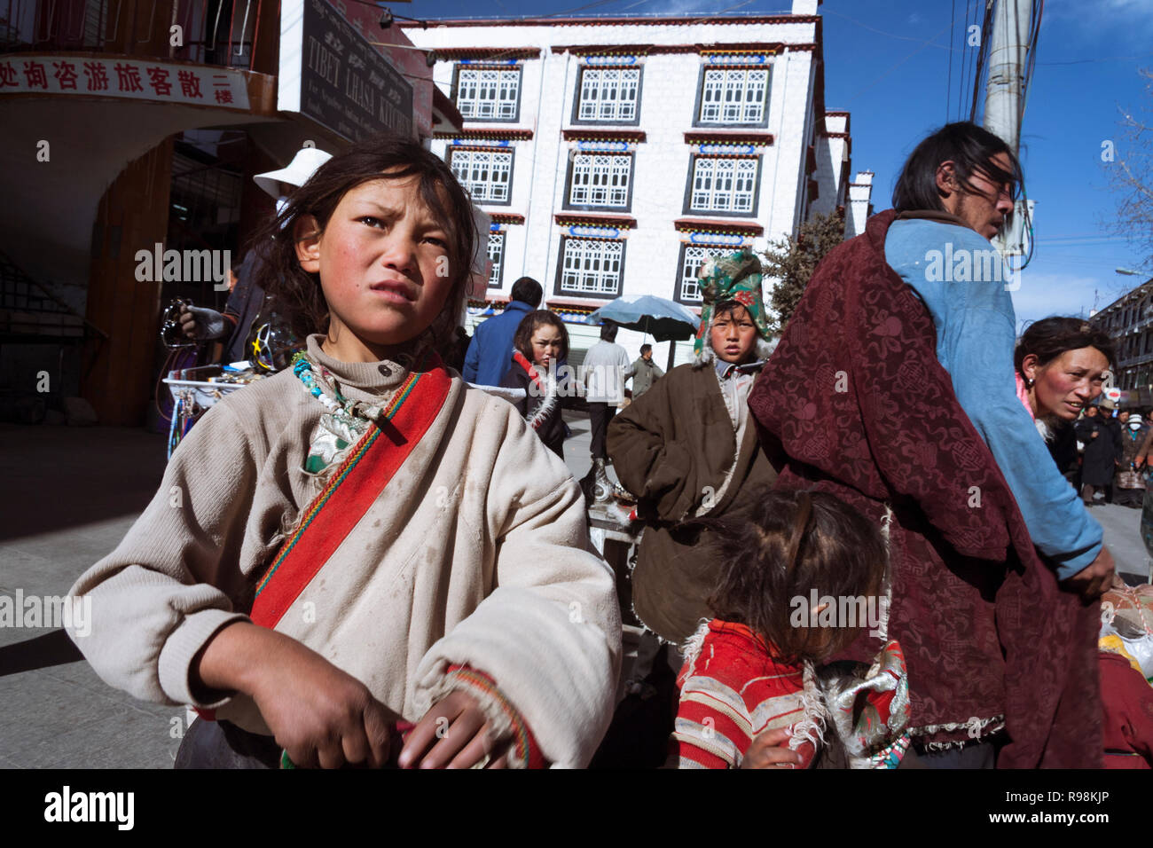 Lhasa, Tibet Autonomous Region, China : Street portrait of a Tibetan family in the streets of Lhasa. - Stock Image