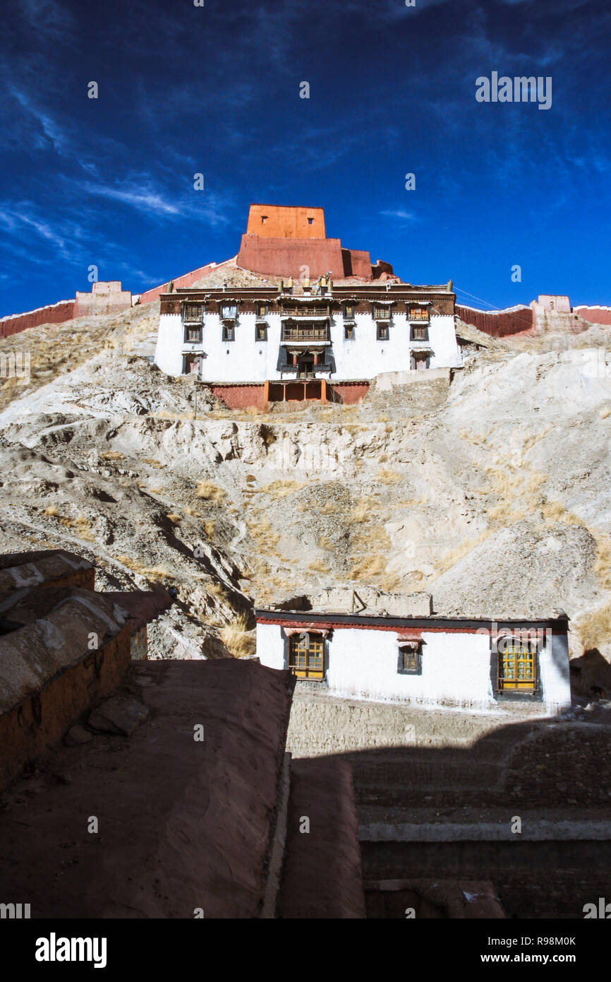 Gyantse, Shigatse Prefecture, Tibet Autonomous Region, China : Buildings within and walls of the Palcho Monastery or Pelkor Chode Monastery mostly bui - Stock Image