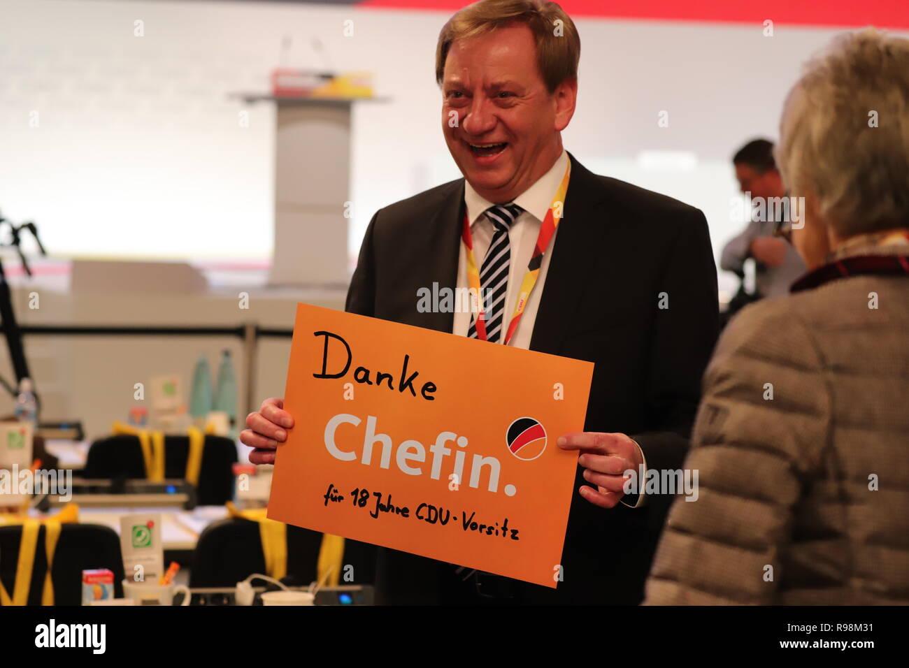 31. CDU-Bundesparteitag in Hamburg: Delegierter mit Dankesbekundung für Angela Merkel: Danke Chefin. - Stock Image