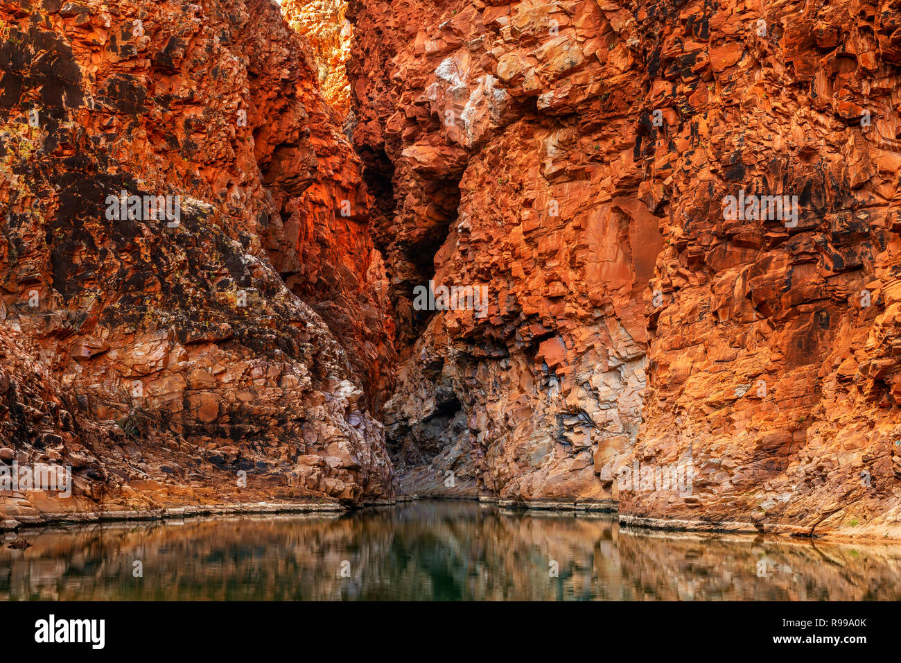 Towering red rock walls in Redbank Gorge. - Stock Image