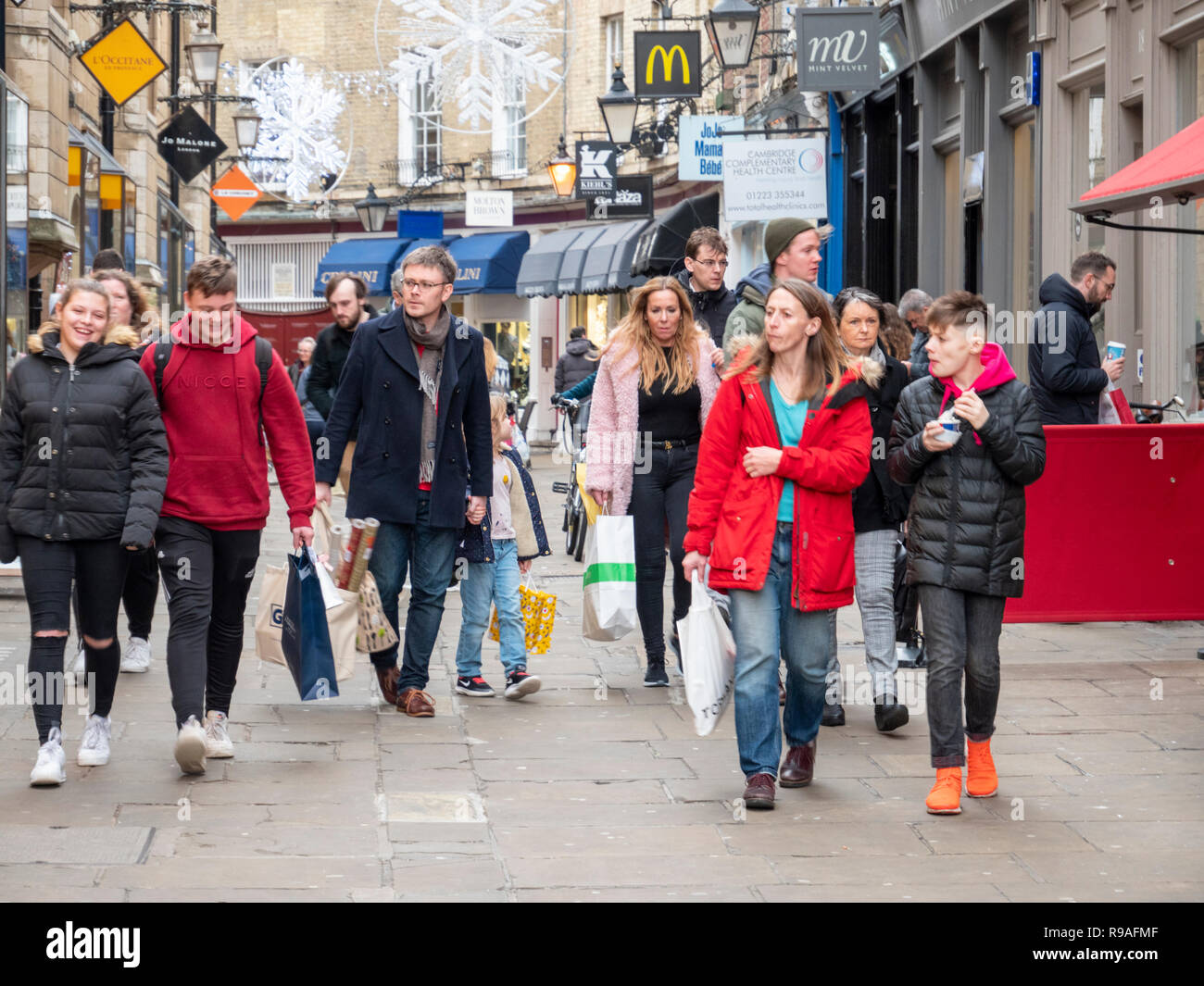 Cambridge, Cambridgeshire, UK. 21st December 2018.  The streets of Cambridge city centre are busy with people doing their Christmas shopping on the last Friday before Christmas.  Footfall appeared to be high with lots of people carrying shopping bags. Credit: Julian Eales/Alamy Live News - Stock Image