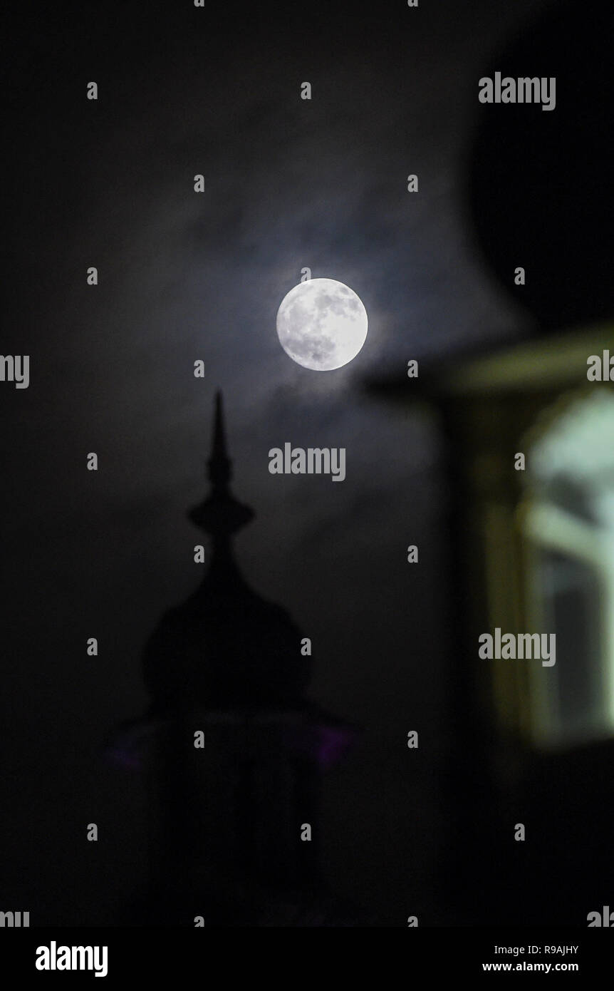 Brighton, Sussex, UK. 21st December 2018. A beautiful full moon over the Royal Pavilion in Brighton this evening as the shortest day of the year comes to an end on the winter solstice Credit: Simon Dack/Alamy Live News - Stock Image